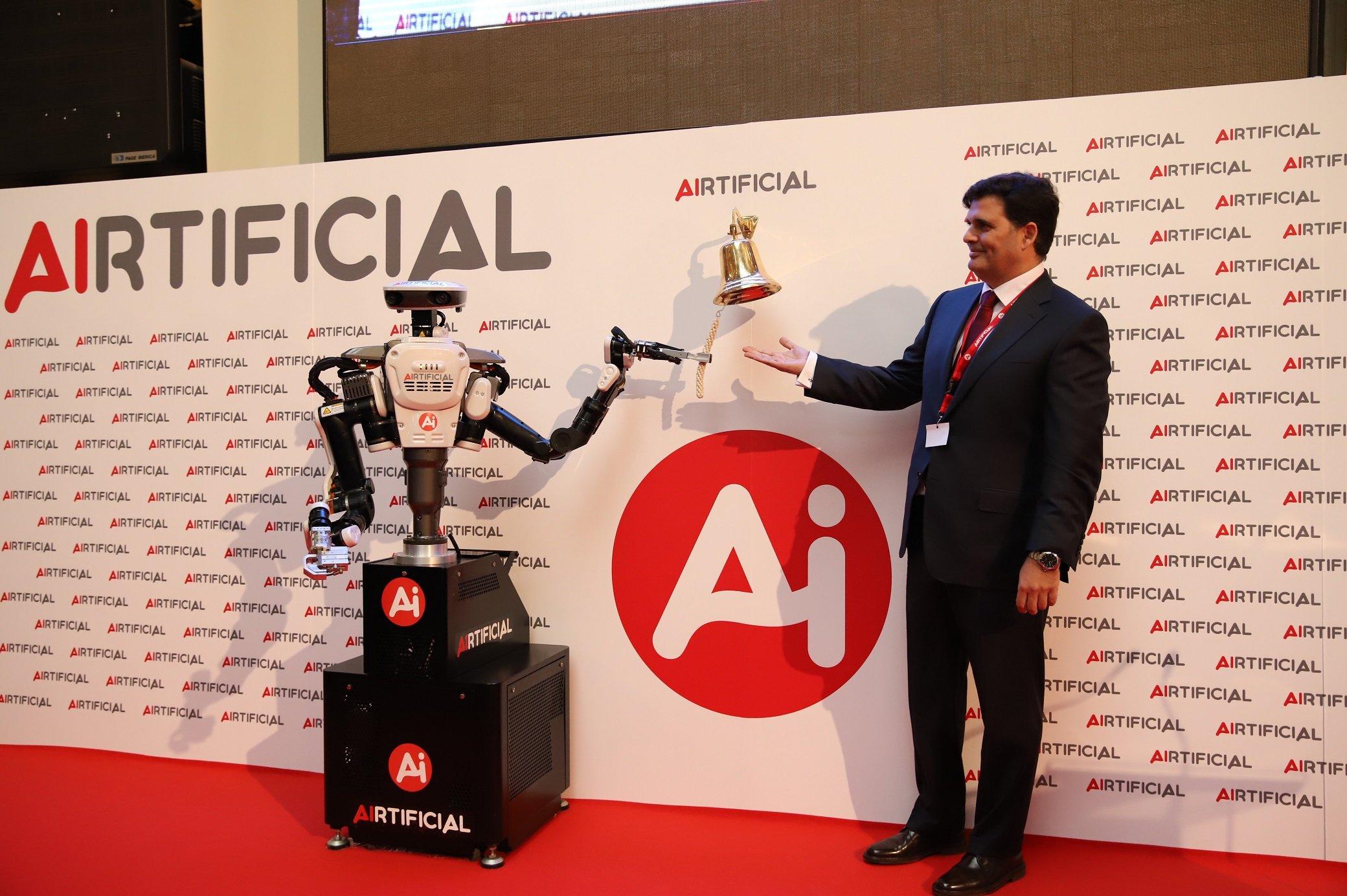 El robot de Airtificial toca la campana en la Bolsa de Madrid