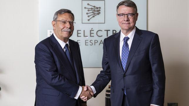 José Folgado, expresidente de Red Eléctrica, estrecha la mano del nuevo presidente de la compañía, Jordi Sevilla.